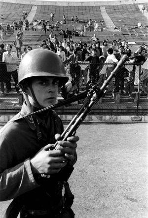 Soldado custodiando a detenidos del régimen de Pinochet. Reuters 1973